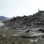 Erozja wybrzezy w Longyearbyen bezporednio zagrazajaca zabudowie mieszkalnej i magazynom