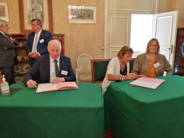 Podpisywanie dokumentów_2_fot. Academie des sciences